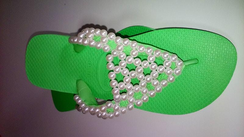chinelo bordado com trançado de perolas