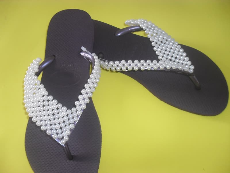 chinelo bordado com manta de perola