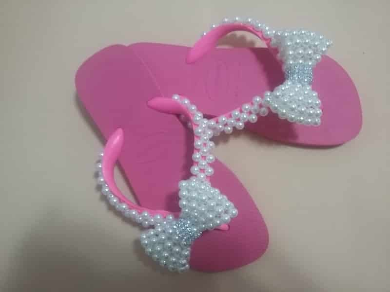 chinelo bordado com laço e strass
