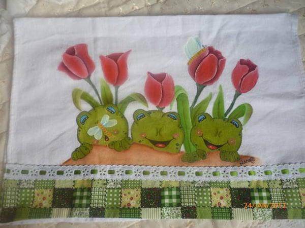 pano de prato pintado com sapo