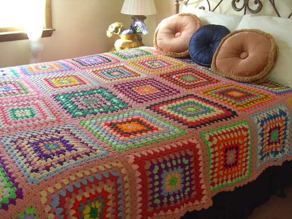 colcha colorida de croche com quadrados grandes