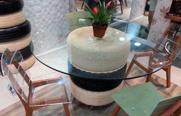 mesa com pneu preta e branca