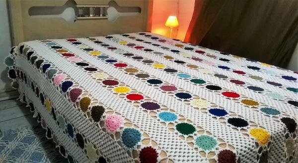 colcha colorida de croche com tiras