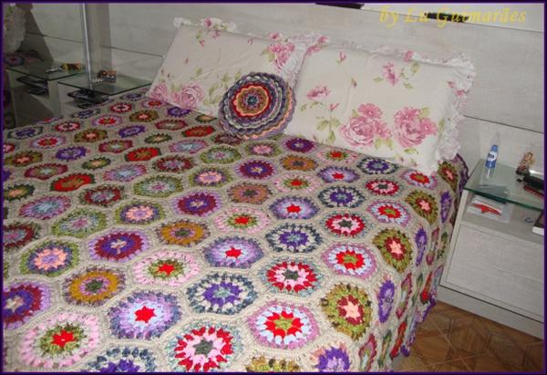 colcha colorida de croche com hexagono