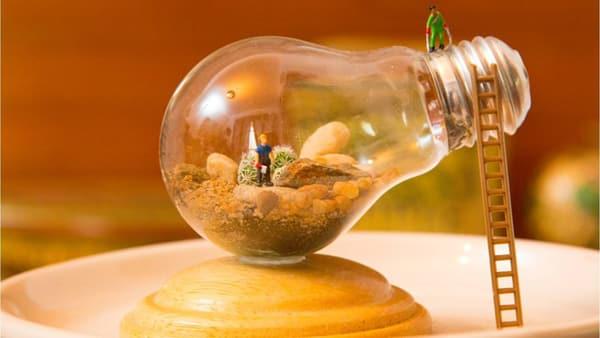 terrario na lampada com boneco