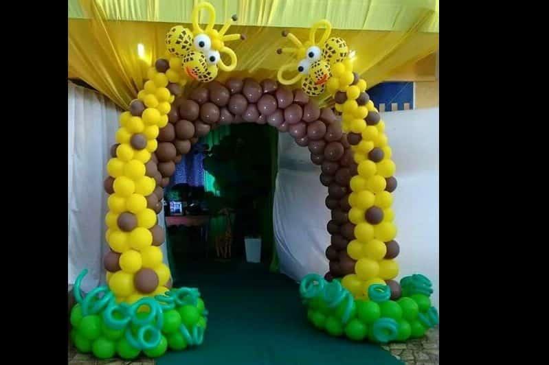 arco de baloes de girafa
