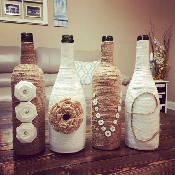 garrafa de vidro decorada com linha