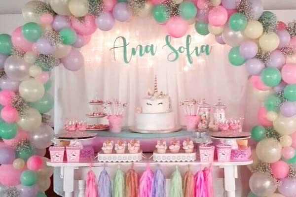 Composição com bexigas rosa da mesa de doces do chá de bebe faça você mesmo