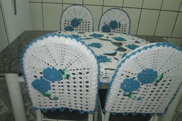 Capa de crochê para cadeira branca com flores azuis
