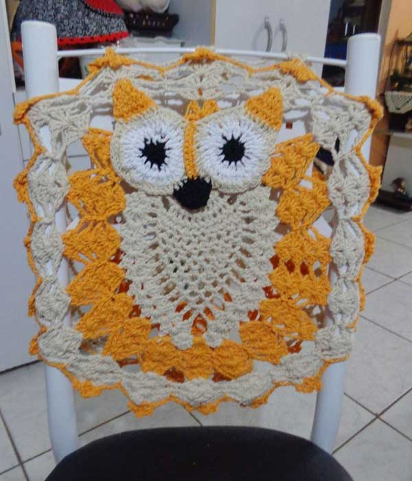 Capa de encosto de cadeira de crochê corujinha amarela