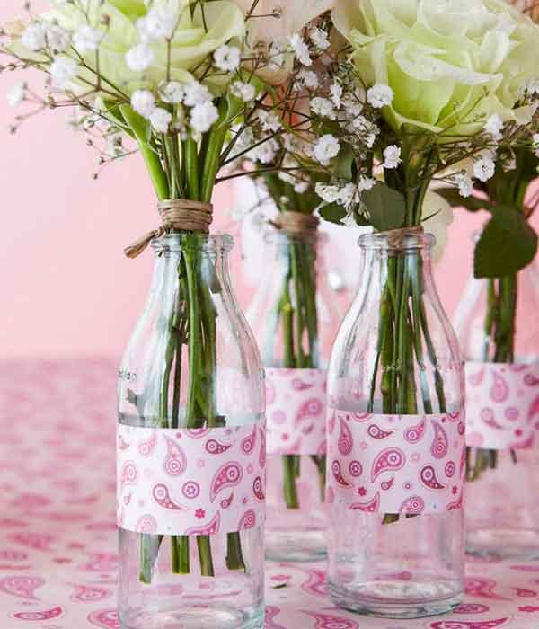 Vasinho de vidro com flores para centro de mesa em decoração chá de bebê faça você mesmo