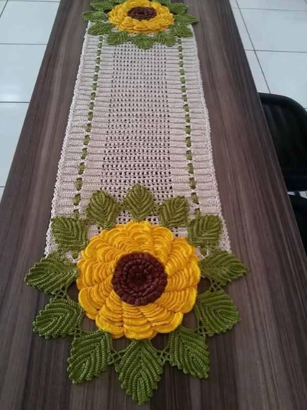 caminho de mesa de croche com flores