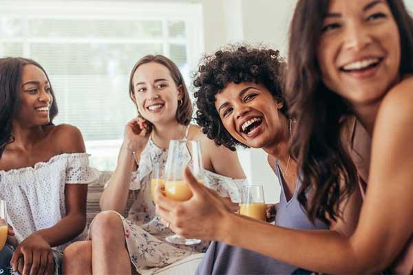 Jovens divertindo chá casa nova