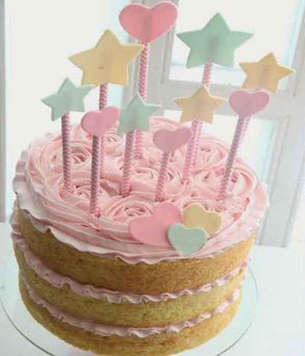 Naked cake com topo de bolo de várias estrelinhas feitas em EVA para decoração chá de bebe faça você mesmo