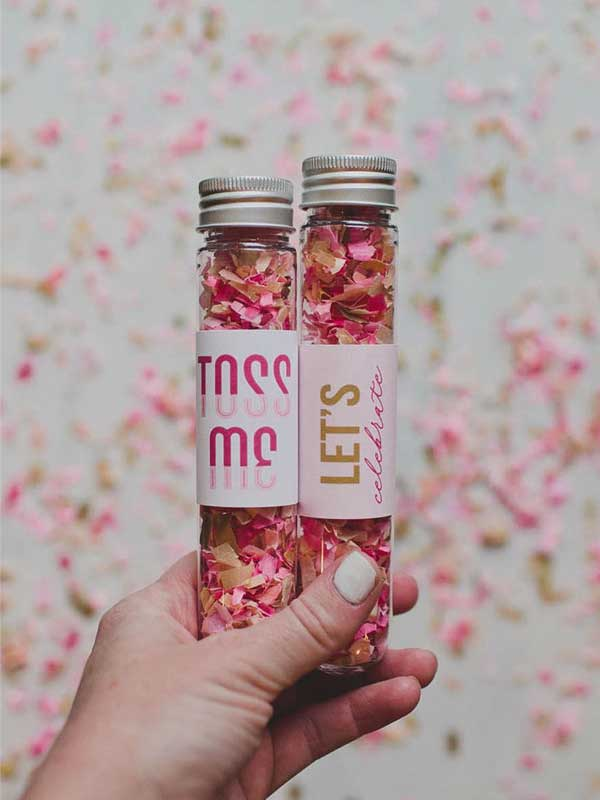 Tubinho com papel picado cor de rosa para jogar nos noivos