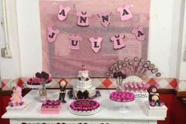 Varal de roupas do bebê feito com moldes em EVA para decoração chá de bebe faça você mesmo