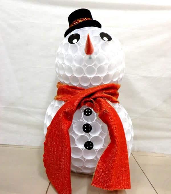 Boneco de neve usando chapéu de feltro