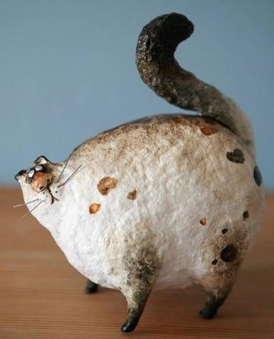 gatinho feito de papel machê