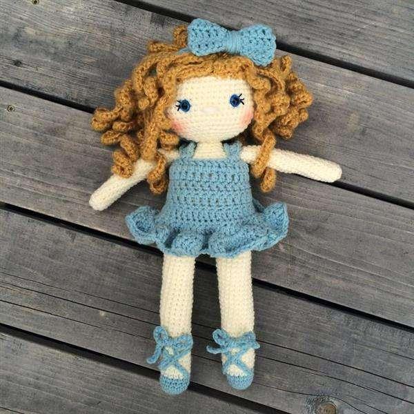 boneca de crochê com vestido azul