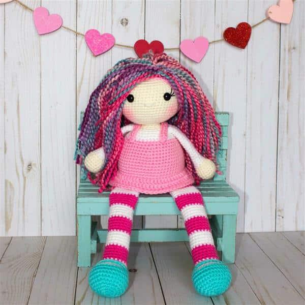 bonecas de crochê coloridas