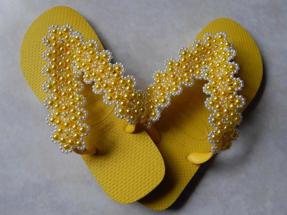 chinelo amarelo decorado
