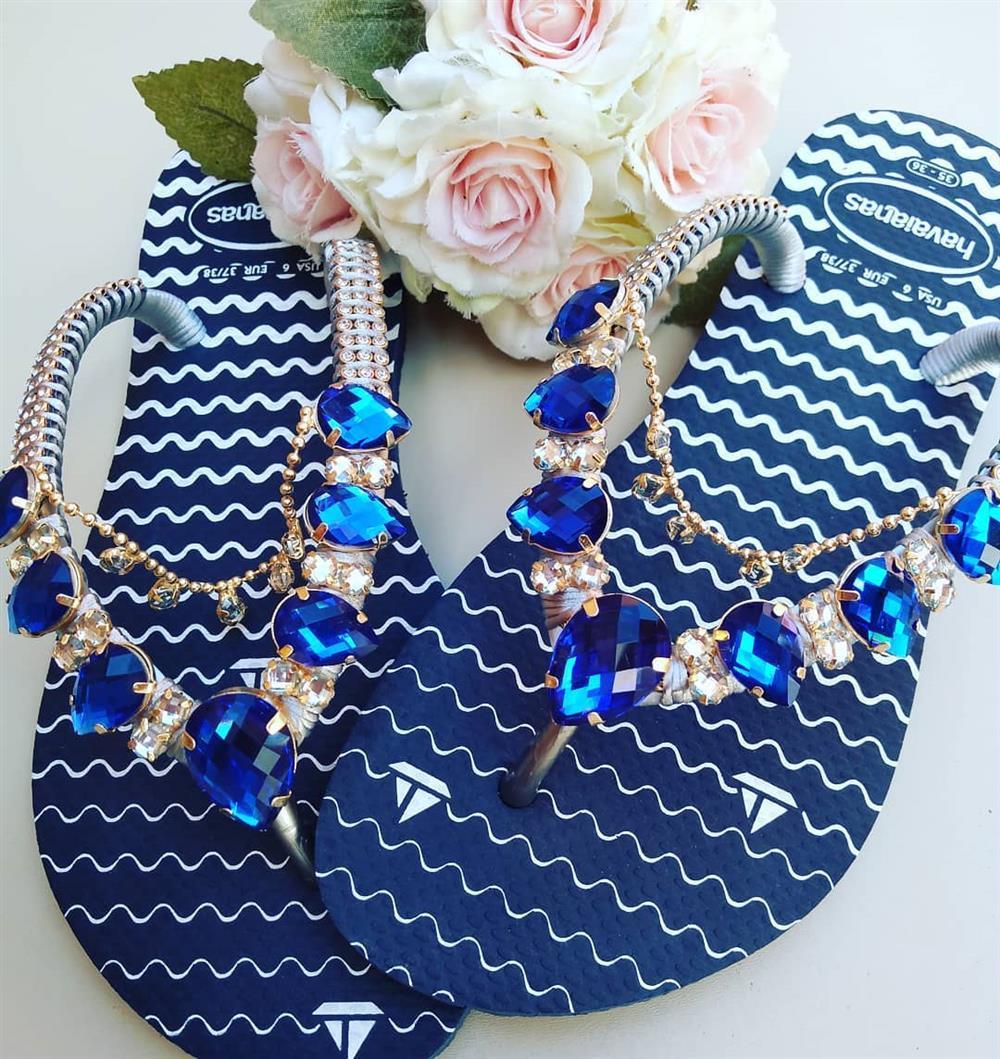 chinelo azul com pedras