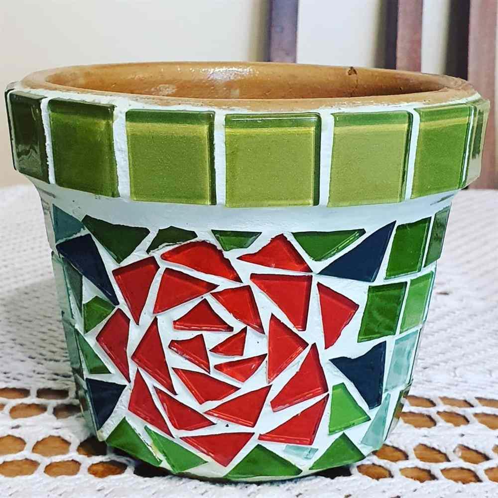 vasinhos de plantas em mosaico