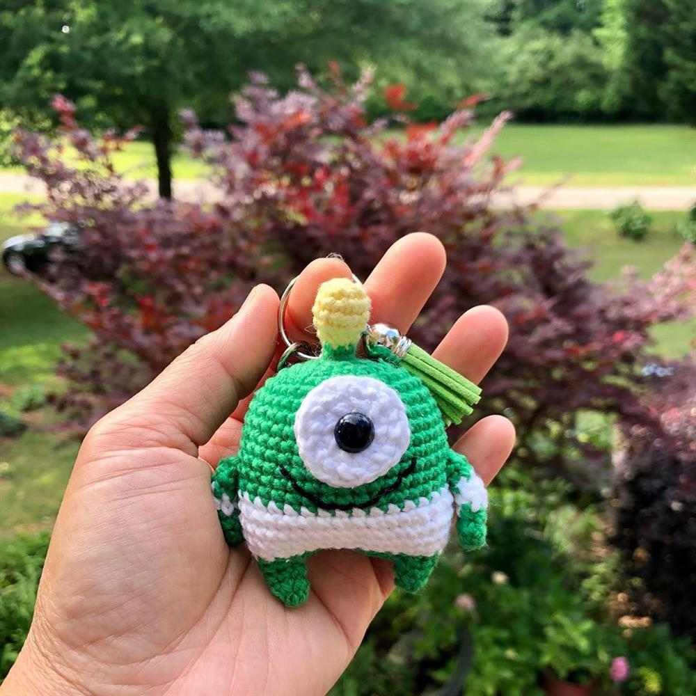 chaveiro monstrinho verde e branco
