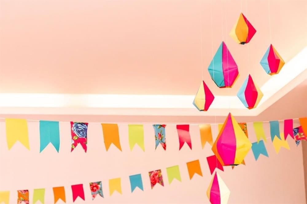 decoração com bandeirinhas e balões