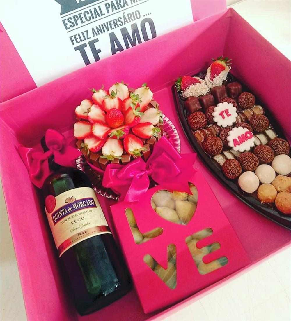 caixa rosa com barca de doces gourmet