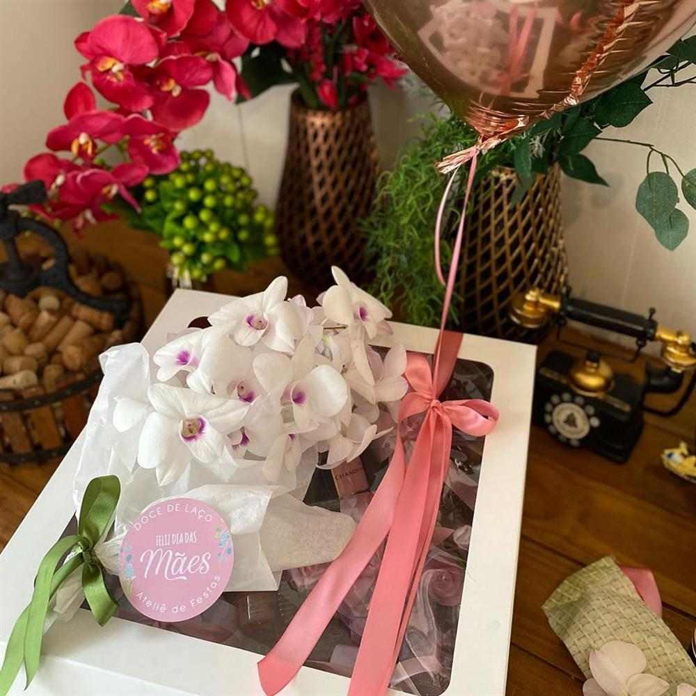 caixa com flores naturais e balao
