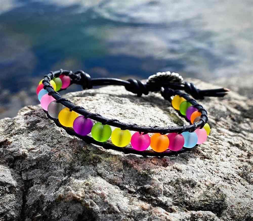 pulseira colorida da moda