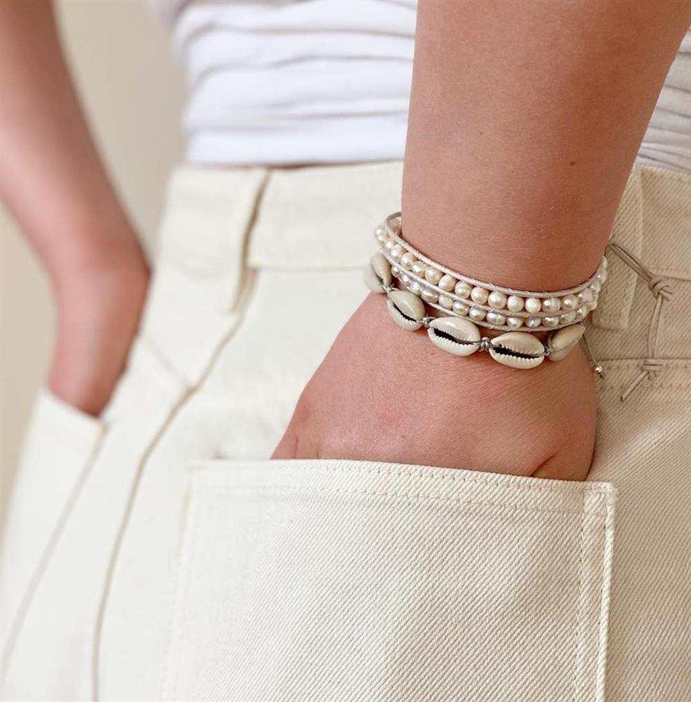 pulseira com conchas e perolas