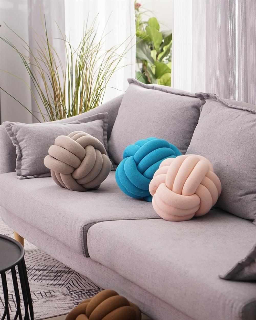 almofada de nó no sofá