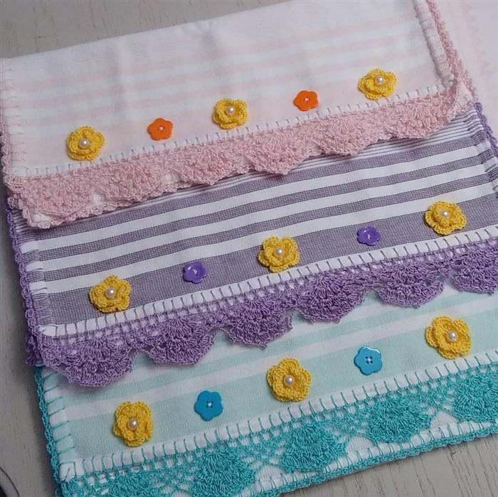 Toalha decorada com apliques de croche