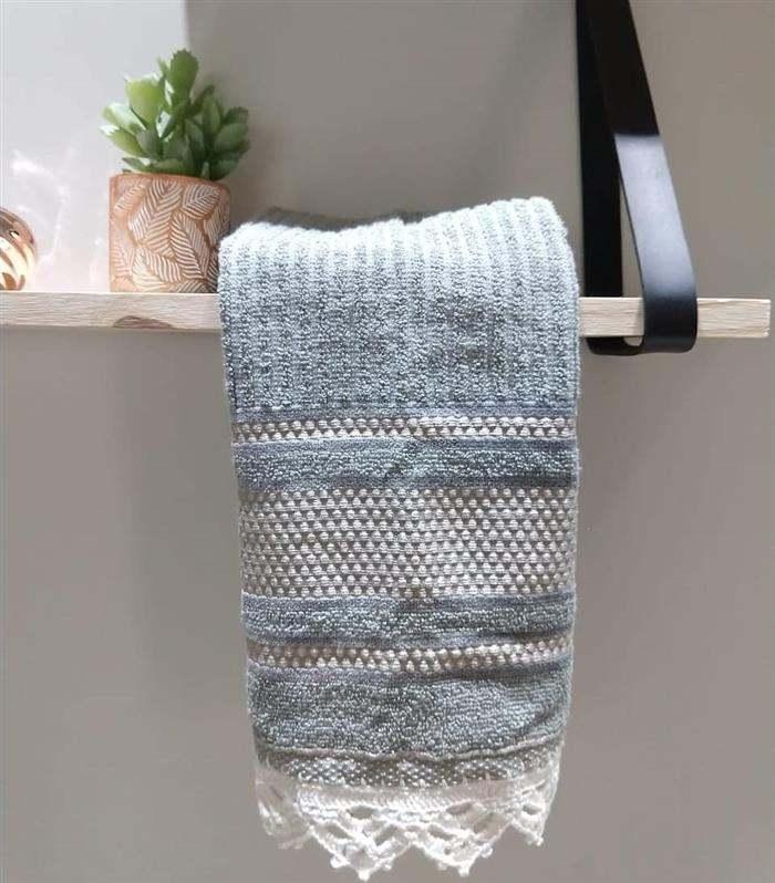 toalha com bordado e bico de croche