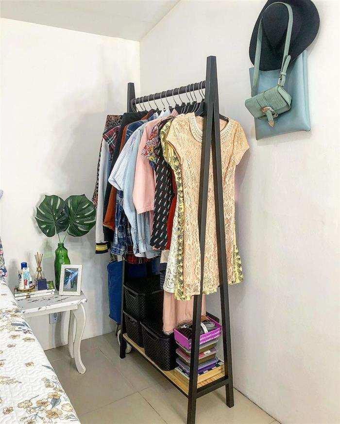 arara de roupas de madeira