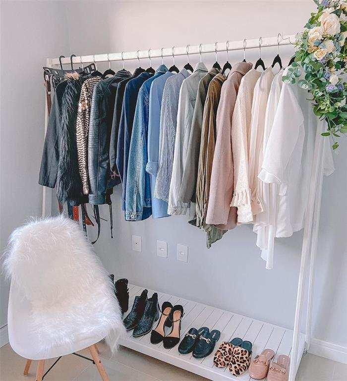 Organizador com roupas e sapatos