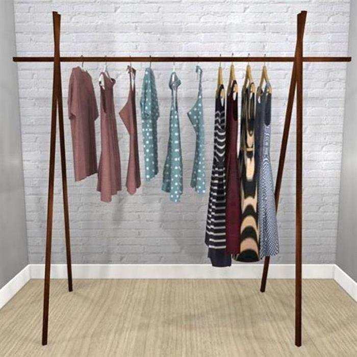 arara de roupas em madeira
