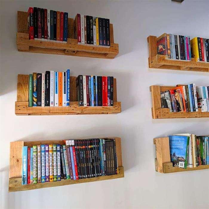 prateleira de livros com paletes