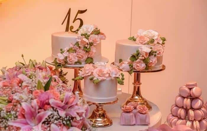 decoração com 3 bolos