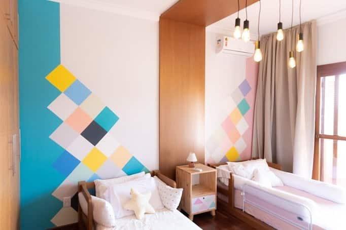 parede pintada com fita azul