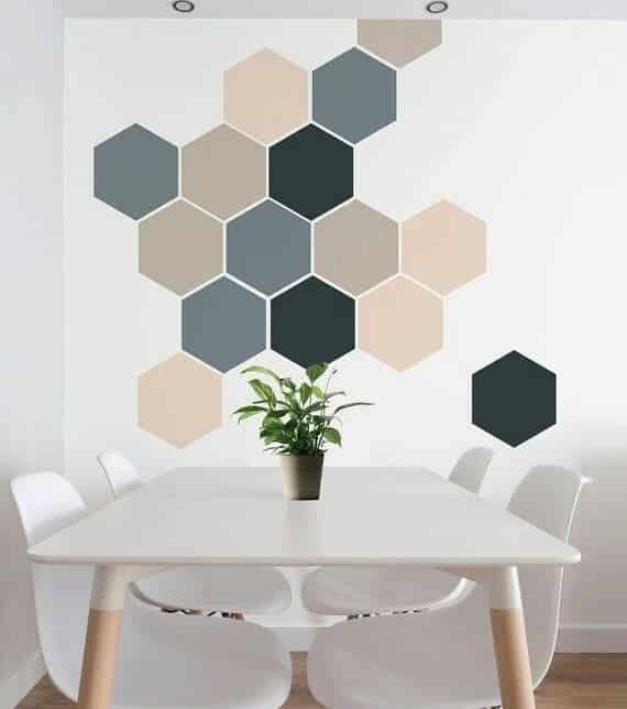 parede pintada com fita hexagonos