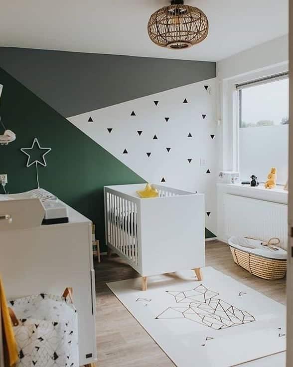 parede pintada com fita para quarto de bebe
