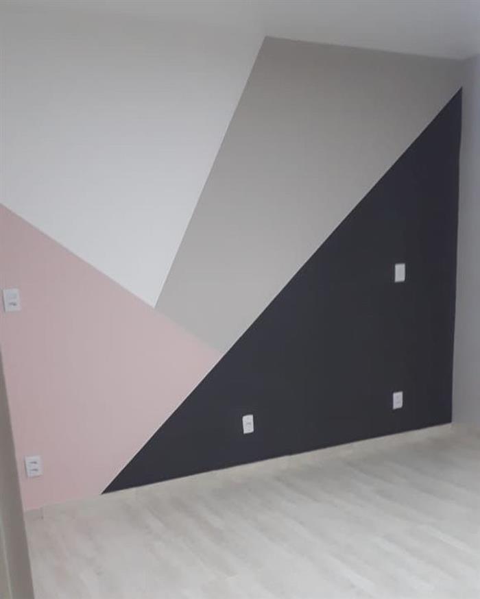 parede pintada com fita rosa e cinza