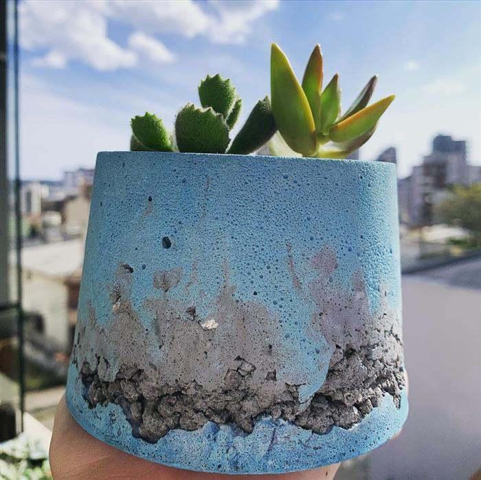vaso de cimento com pedrinhas