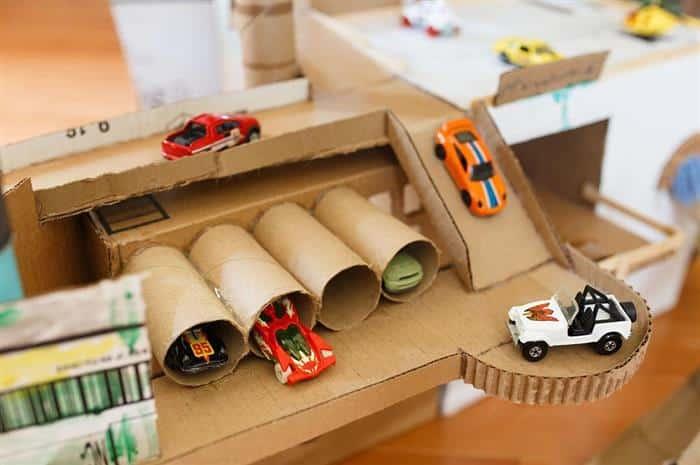 pista com garagem feita de papelão
