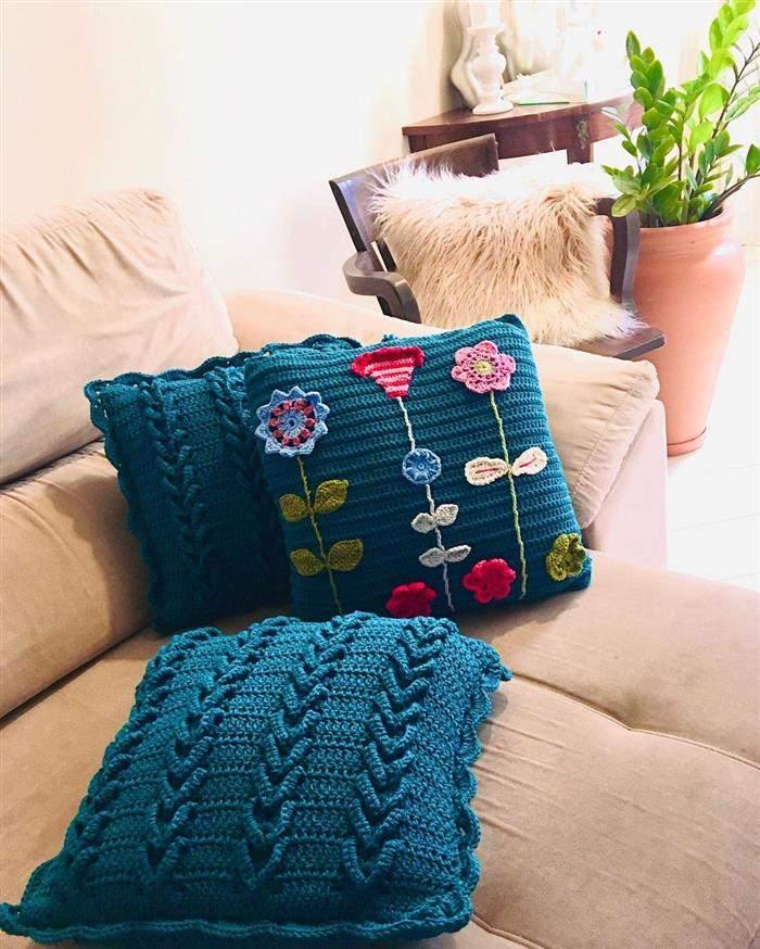 almofada com flor bordada