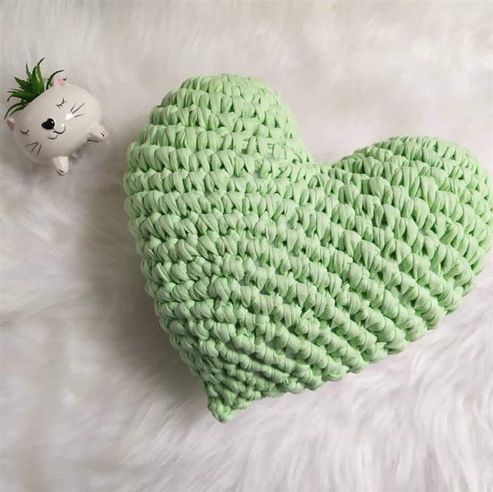 almofada de crochê de coração