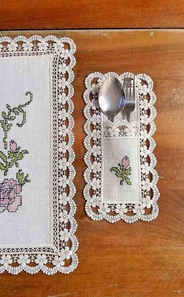 O-porta-talheres-de-tecido-pode-seguir-o-mesmo-bordado-da-toalha-de-mesa.-Fonte-Pinterest-1